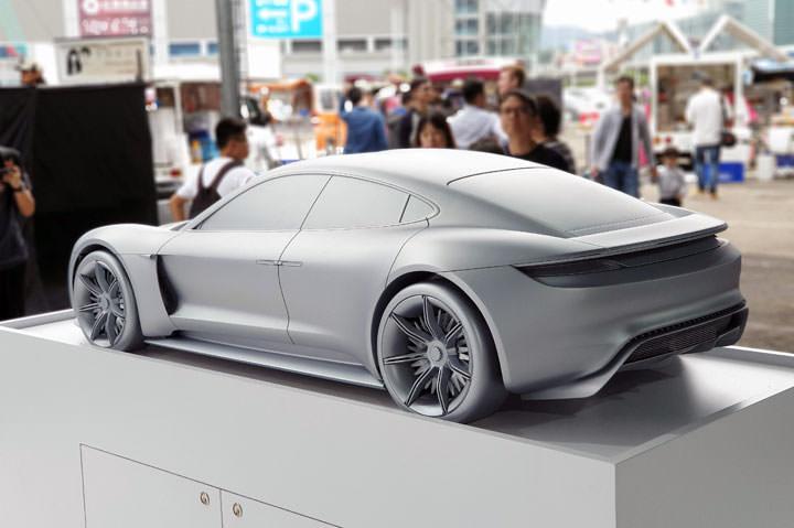 图:现场也展出了保时捷电动车计划 mission e 的首款商售车款 taycan